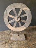 karrenwiel op standaard, houten wiel op standaard_